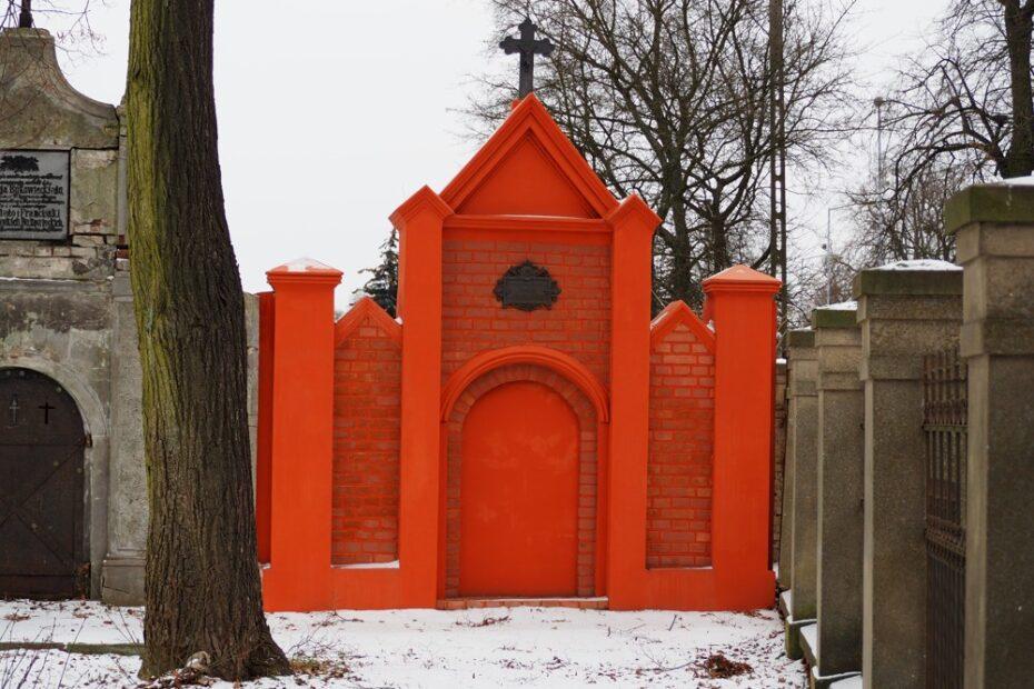 Grobowiec nr 1 na cmentarzu farnym (starym) w Wągrowcu. Odrestaurowany, zabytkowy grobowiec.