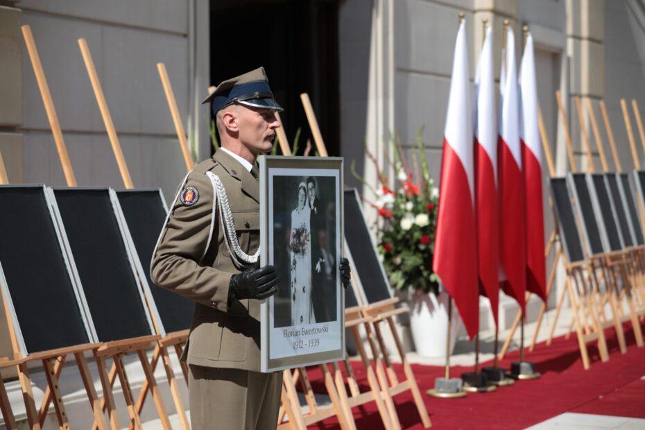 Uroczystość wręczenia not identyfikacyjnych rodzinom 26 ofiar reżimów totalitarnych – Warszawa, 12 sierpnia 2021. Fot. Mikołaj Bujak (IPN)