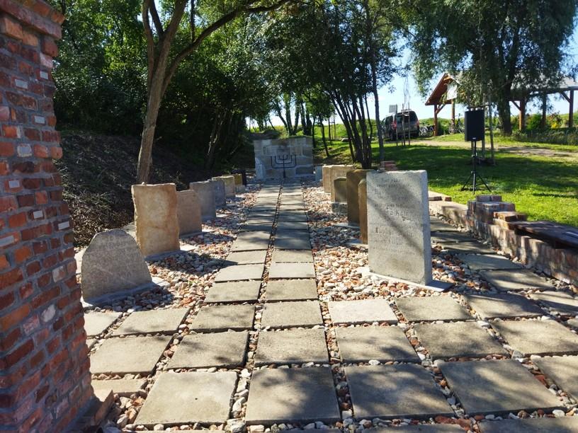 widok lapidarium przy cmentarzu żywdowskim w Ryczywole, 2021